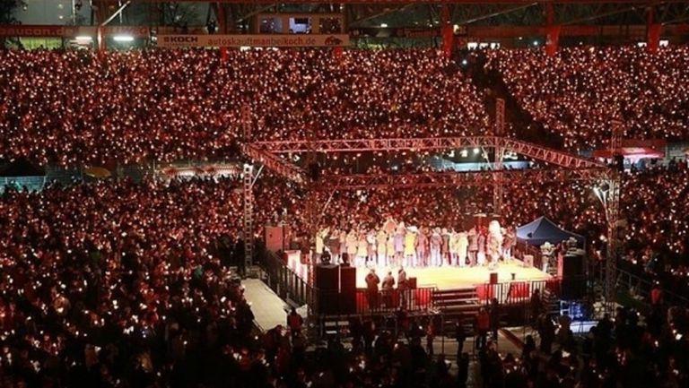 Близо 30 хиляди фенове пяха коледни песни на германски стадион (видео)