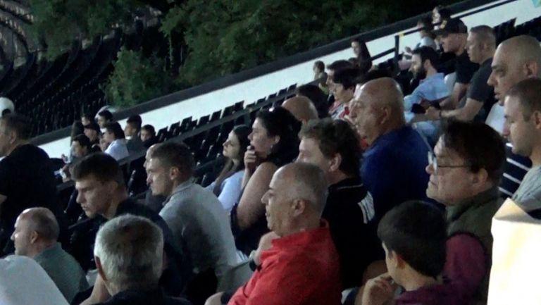 Президентът на Славия Венцеслав Стефанов наблюдава мача с Черно море в компанията на Велислав Вуцов