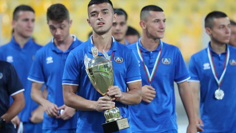 Феновете приветстват шампионите и медалистите от школата на Левски