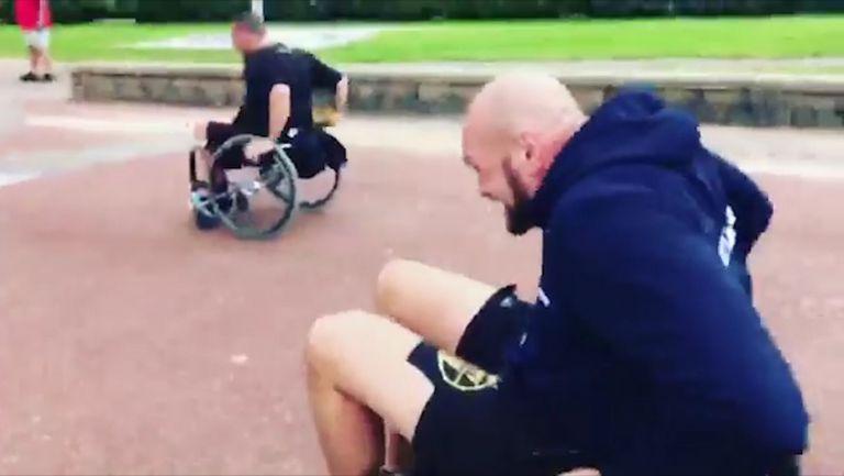 Тайсън Фюри се пусна в състезание с инвалидни колички