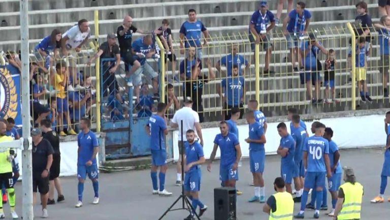 Голяма част от феновете на Левски подкрепиха и поздравиха футболистите