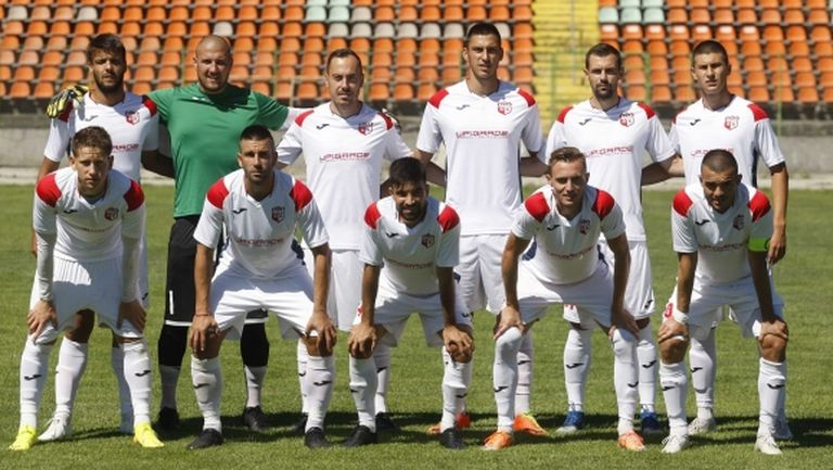 Кариана с група от 18 футболисти срещу Спортист (Своге)