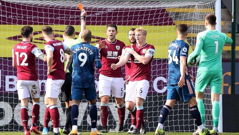 Комичен гол, отменен червен картон и нова издънка за Арсенал срещу Бърнли