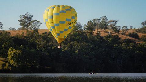 Австралийка скочи във вода от балон с горещ въздух