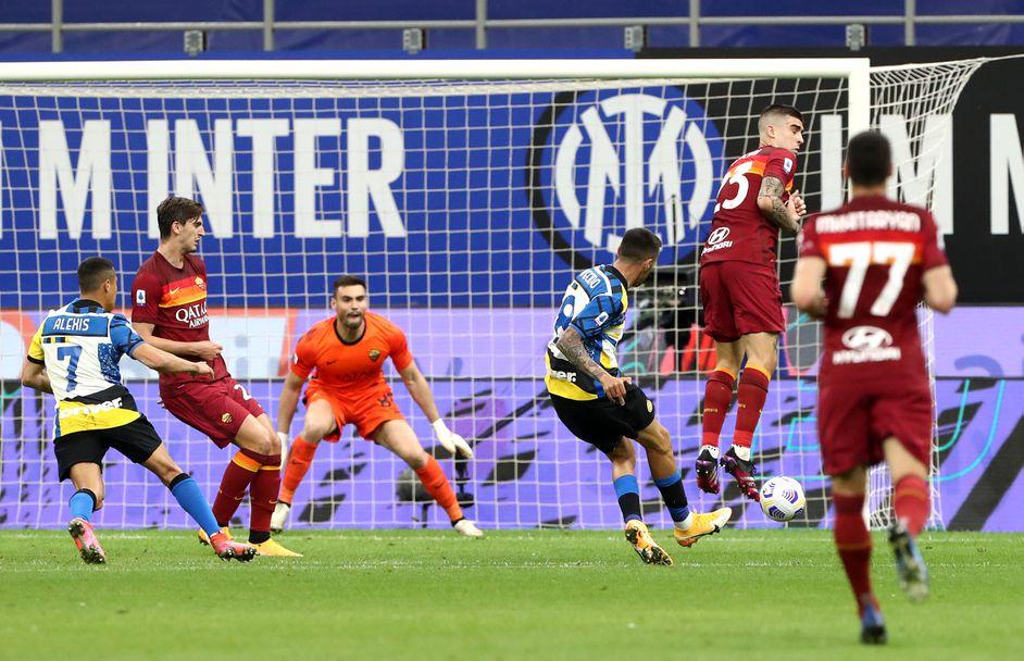 Матиас Весино прави резултата 2:0 за Интер срещу Рома