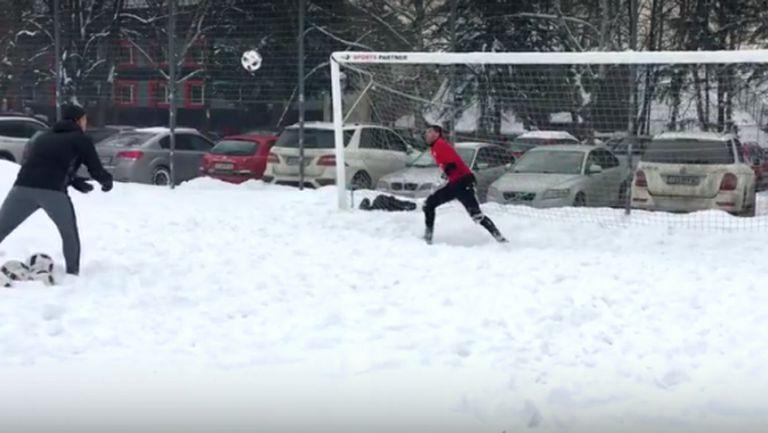 Вратарите на ЦСКА-София се забавляват в снега (видео)