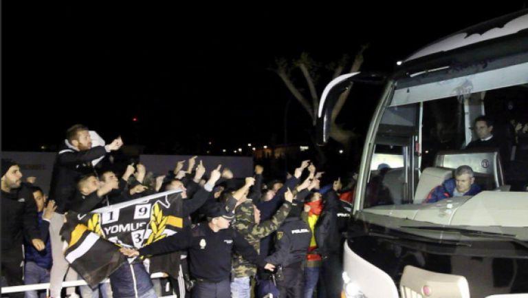Гневно посрещане на Невил и Валенсия след загубата от Барса