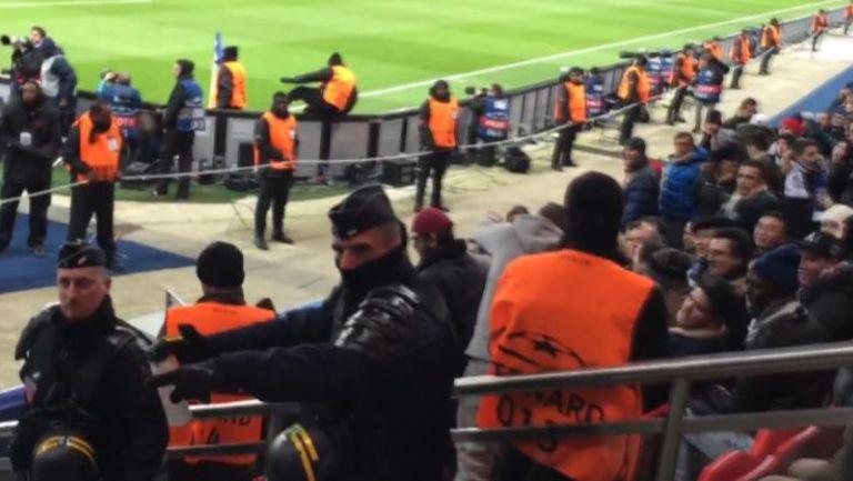Полицай плаши с газ фенове на Челси, празнуващи гола на тима си срещу ПСЖ
