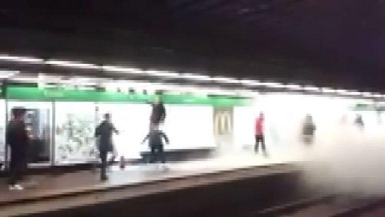 Ултрасите на Арсенал с димки в метрото на Барселона