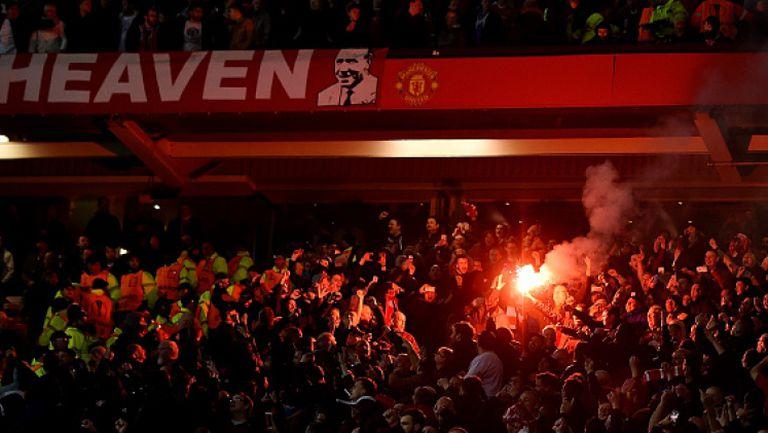 Меле по трибуните между феновете на Манчестър Юнайтед и Ливърпул след края на мача