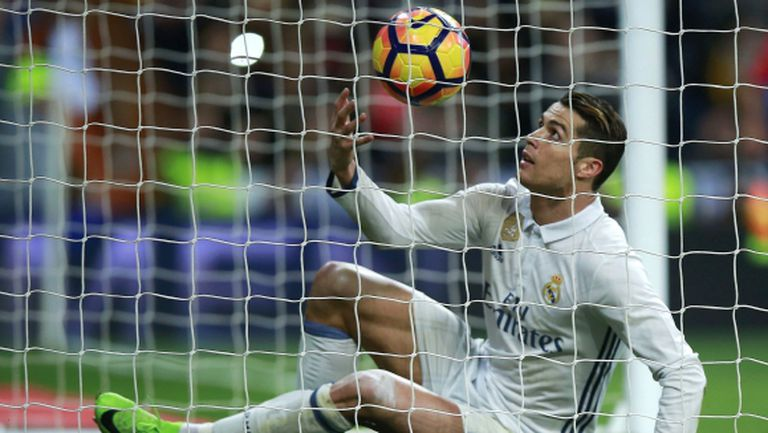 Реал Мадрид измъкна инфарктно точка с човек по-малко, вече не е лидер (видео + галерия)