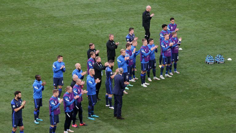 Финландците показаха голямо уважение и аплодираха Дания преди подновяването на срещата