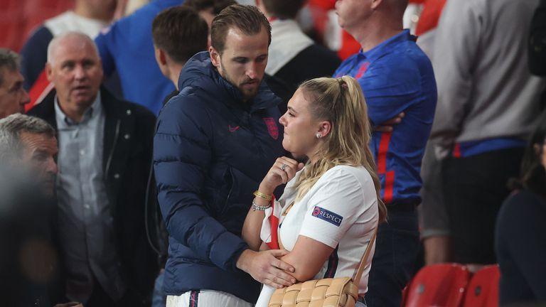 Хари Кейн утешава жена си след финала на Евро 2020