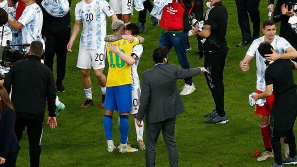 Меси утешава Неймар след финала в Рио