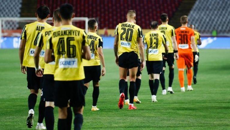 Кайрат излетя от Лига Европа след луд мач с двама изгонени