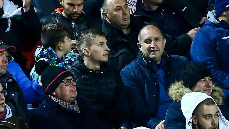 Президентът на България гледа сред хората на живо срещата със Северна Ирландия