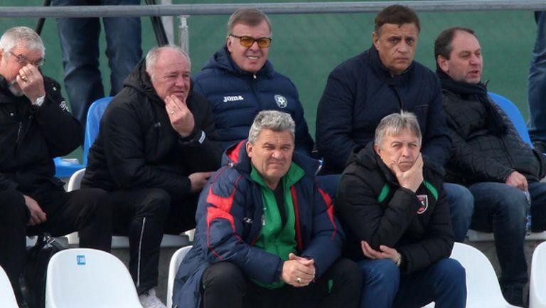 Сираков и Боримиров гледат мач от Втора лига, Вальо Илиев заедно с Галчев (видео)