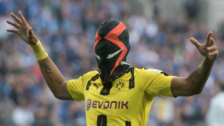 Новата маска на Обамеянг не изплаши Шалке 04 (видео + галерия)