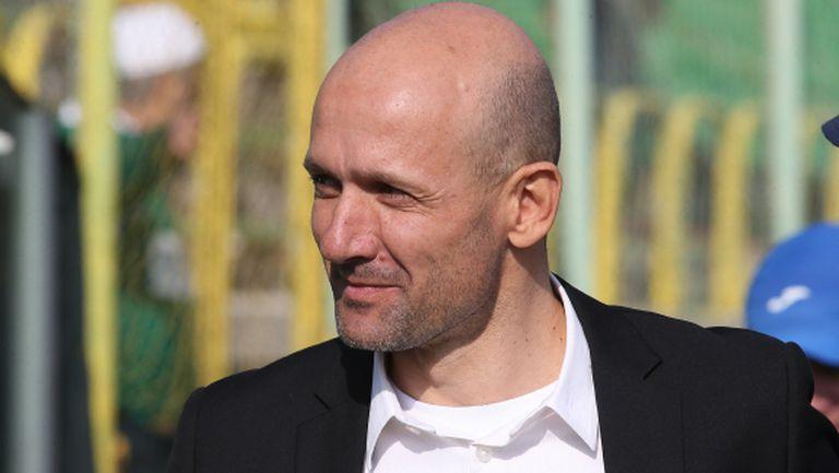 """Куриоз: Радуканов вади играч, за да го спаси от картон - той все пак """"гори"""" за Ботев (Пд)"""