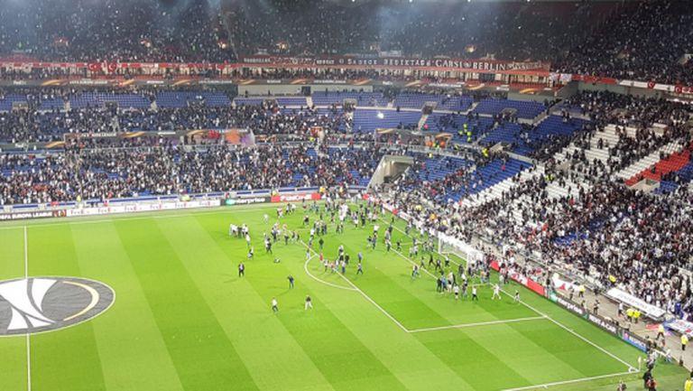 Фенове на Лион нахлуха на терена преди мача с Бешикташ, началото се забави с 40 минути