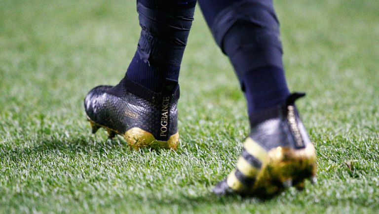 Погба сваля футболните си обувки по луд начин