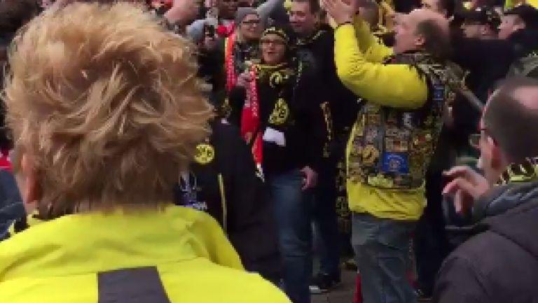 Феновете на Борусия и Ливърпул скандират името на Клоп