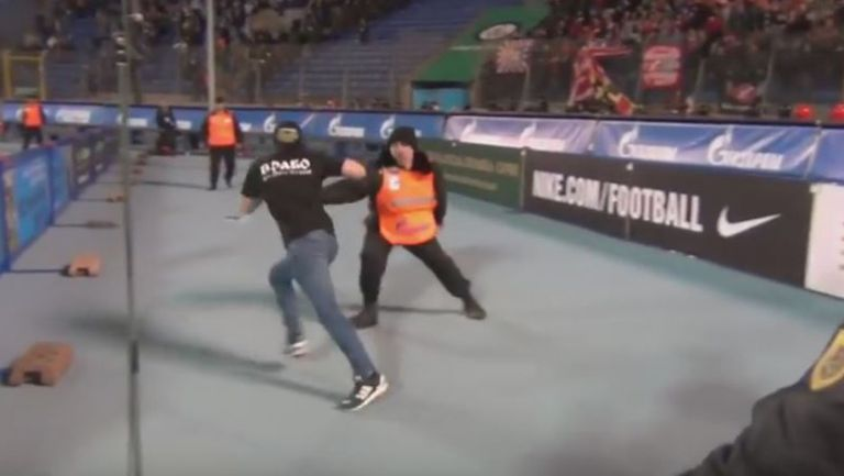 Фен на Спартак (Москва) подлуди стюардите на мача срещу Зенит