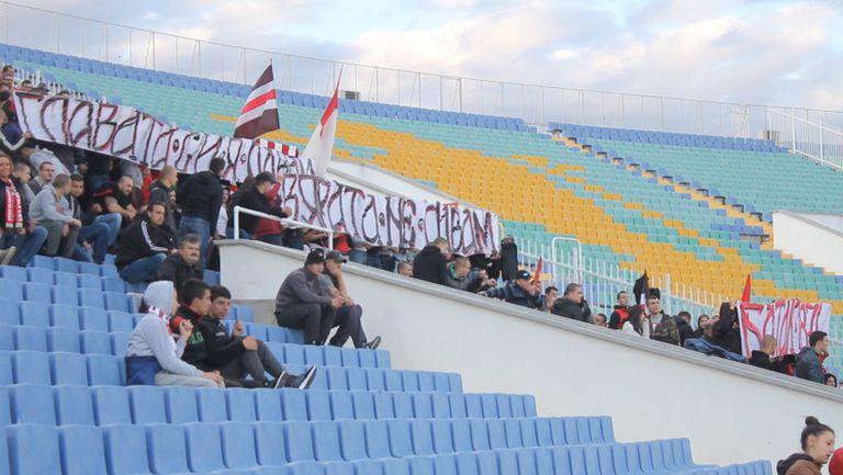 """""""Червените"""" с плакат за клането в Батак - """"Главата си я давам, вярата не давам"""""""