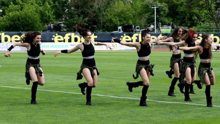 """Страхотни танцьорки украсиха празника на """"Берое"""""""