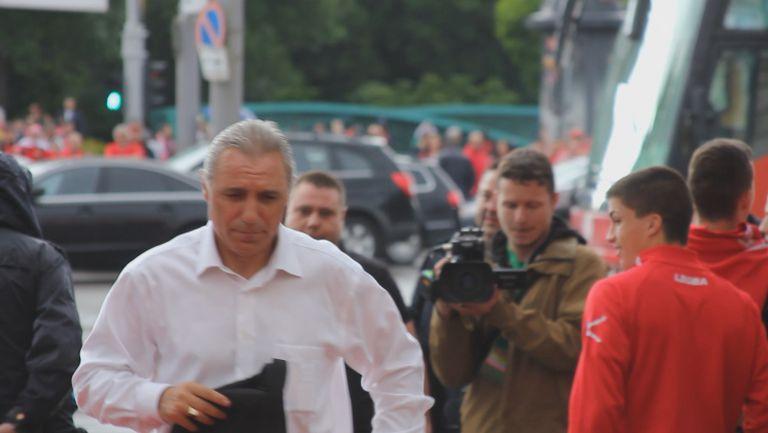 Стоичков пристигна за финала и се обърна към журналистите: Само мен ли ще снимате?