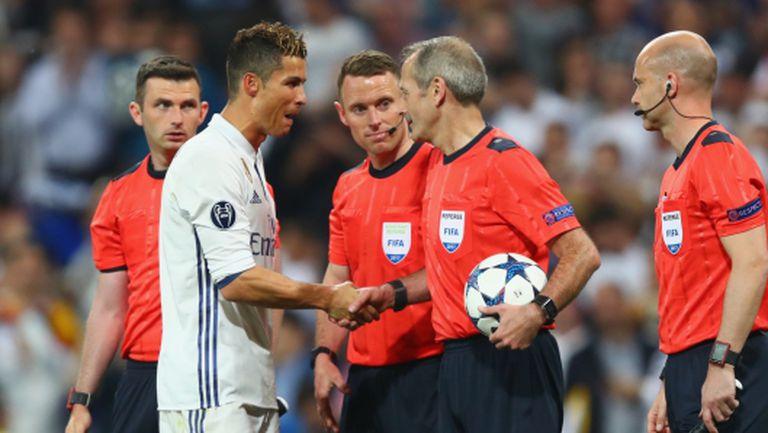 Роналдо убеждава съдията, че няма засада (видео)