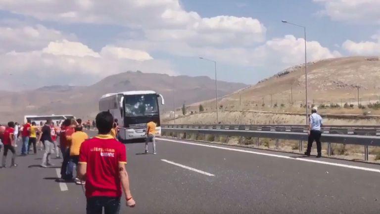 Фенове на Галата изпочупиха бус на Бешикташ