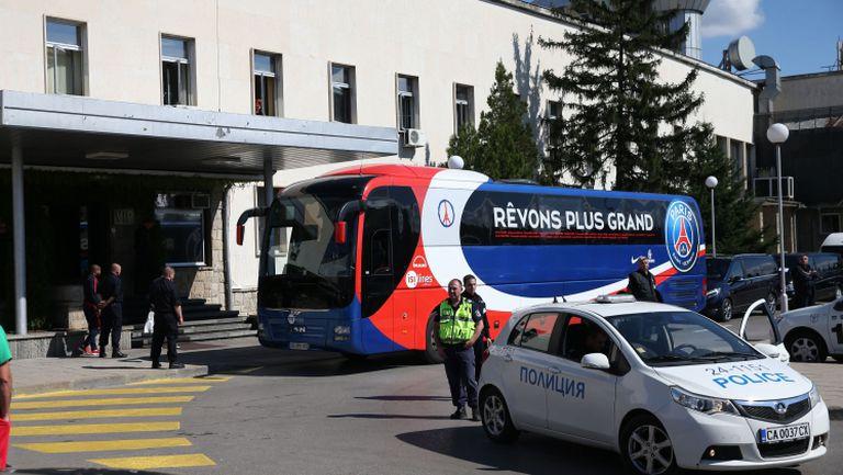Луксозният автобус чакаше ПСЖ на летището в София