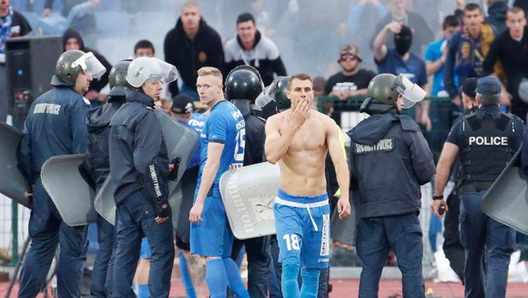 Шефовете на Левски правят среща с феновете по повод събличанията