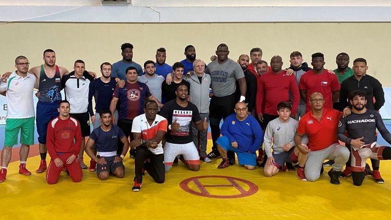 Гриша Ганчев изгледа тренировката на борците с кубинците