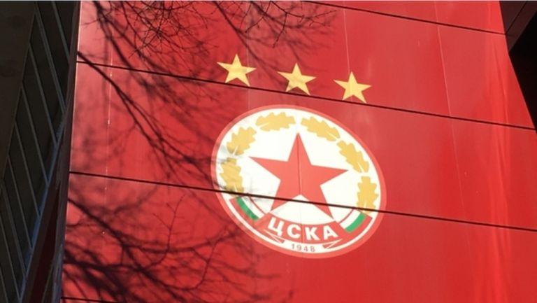 """""""Червените"""" показаха лиценза за Европа (снимка)"""