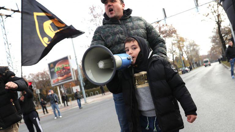Малко дете разпя агитката на Ботев на шествието