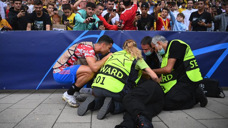 Роналдо свали жена на земята с удар на загрявката