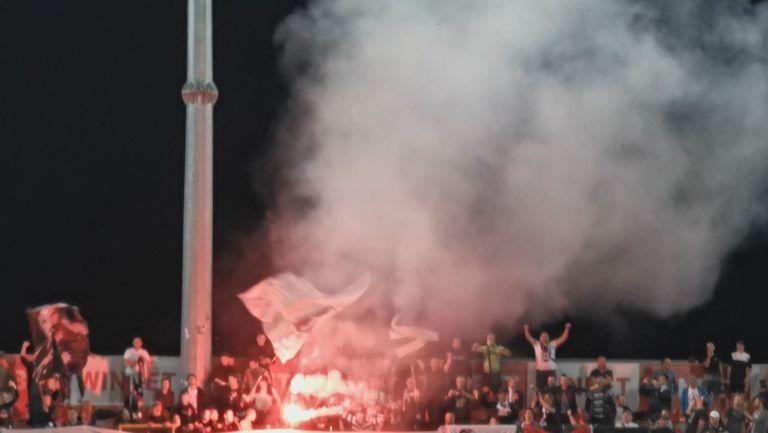 Факли в бялата агитка след втория гол срещу Царско село