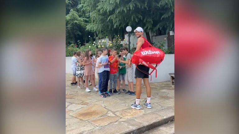 Григор Димитров зарадва дечица в Хасково