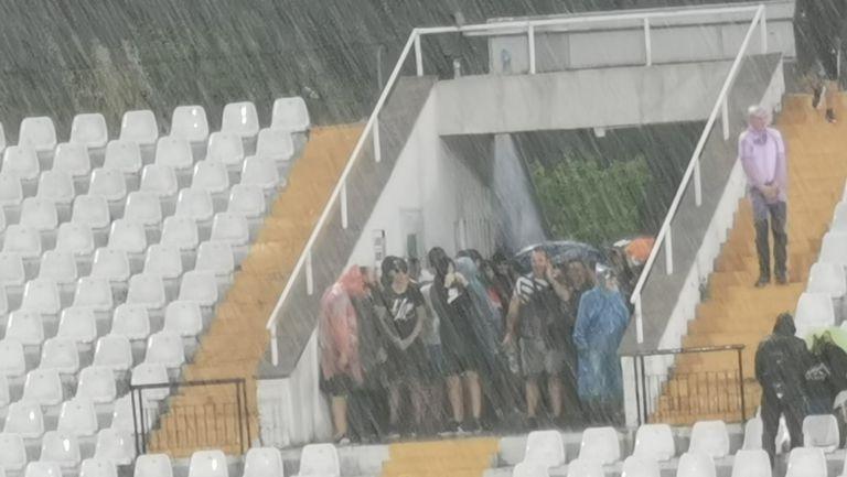 Проливен дъжд на Локо (Пд) - Славия принуди феновете да се скрият по входовете на стадиона