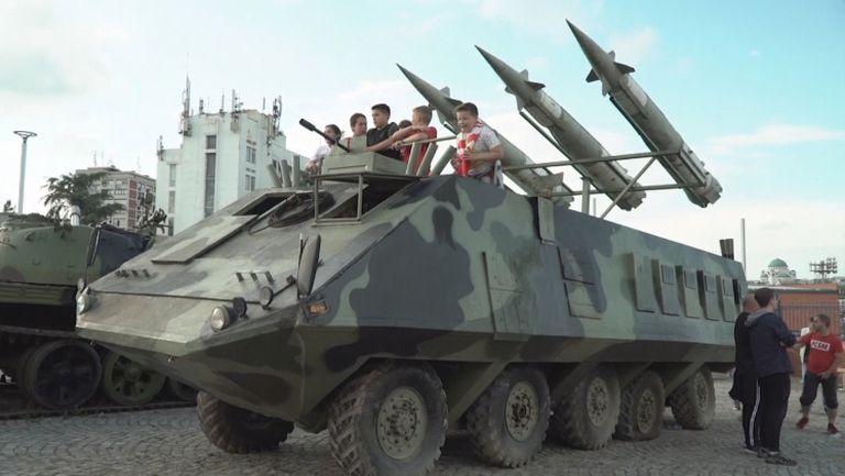 Феновете на Цървена звезда празнуваха титлата с танк и ракетоносач