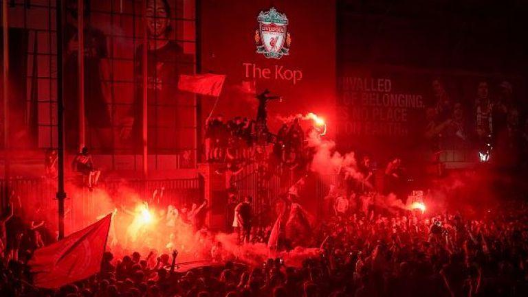 """Хиляди фенове на Ливърпул празнуваха титлата пред """"Анфийлд"""""""