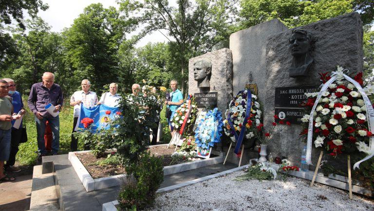 Сираков, Тити, Павел Колев, легенди и привърженици на Левски почетоха паметта на Гунди и Котков