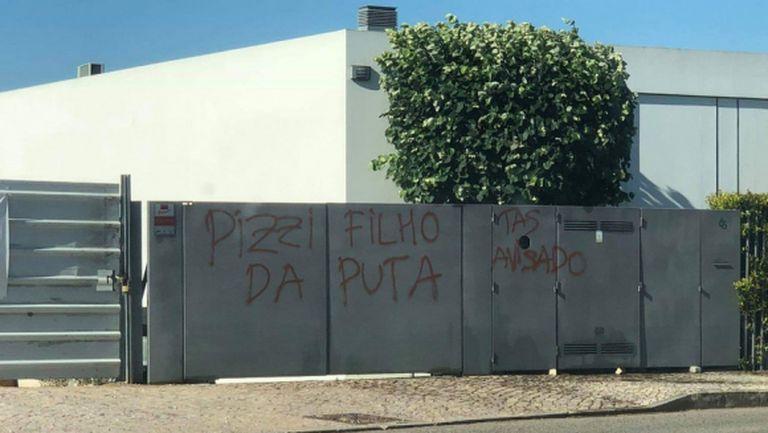 Заплашителни надписи по домовете на футболисти от Бенфика