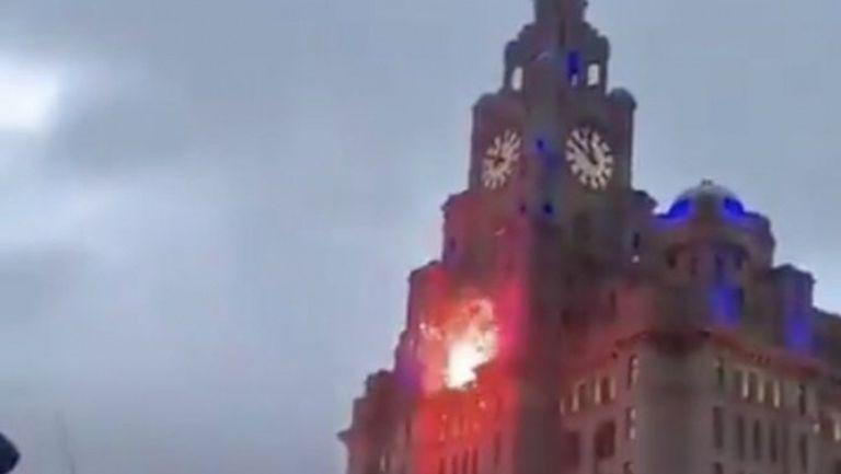 Фен на Ливърпул нанесе щети на офис сграда по време на празненствата за титлата