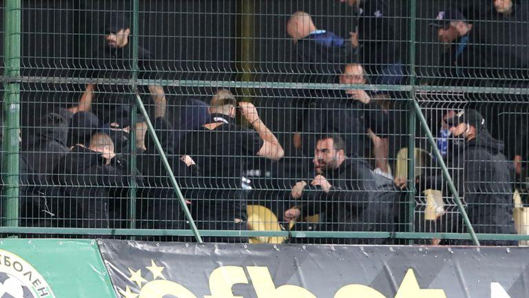 Феновете на Левски се сбиха помежду си на трибуните в Пловдив