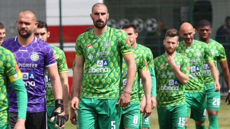Бум на COVID-19 в тим от Втора лига, съотборник на Бербатов от ЦСКА ще се връща на терена