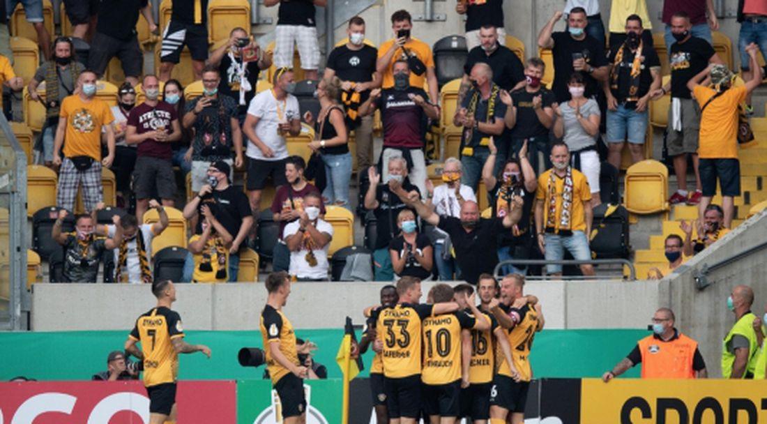 Няма страх от COVID-19: пуснаха 10 000 на мач в Германия