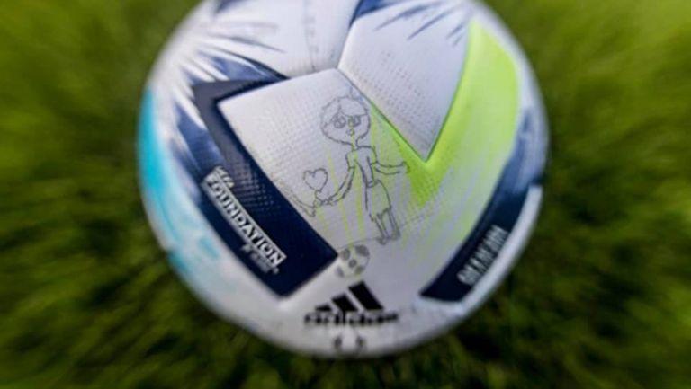 Топката за Суперкупата на УЕФА, представена с детски рисунки